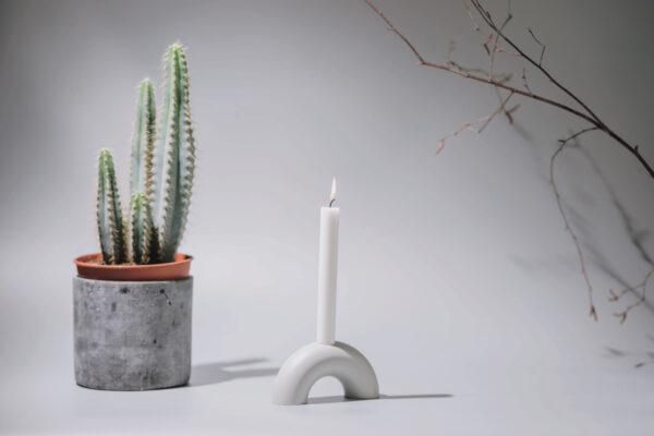 Monoista Kerzenstaender webversion 1 - MEDI minimalistischer Kerzenständer aus Metall grau