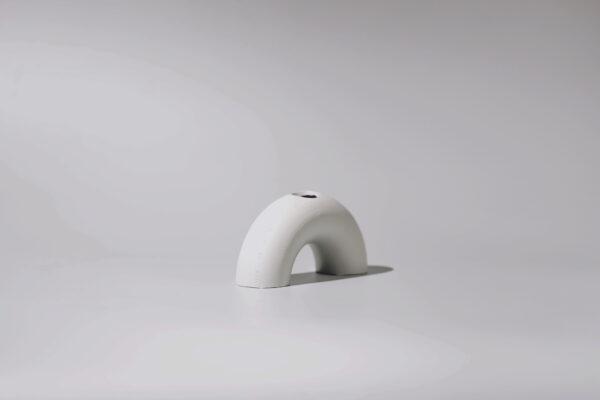 Monoista Kerzenstaender webversion 3 - MEDI minimalistischer Kerzenständer aus Metall grau