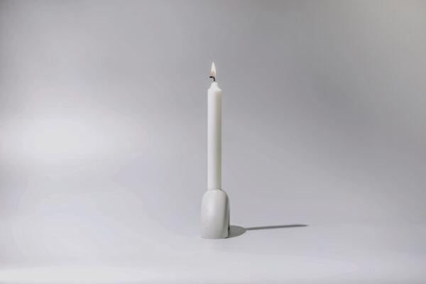 Monoista Kerzenstaender webversion 6 - MEDI minimalistischer Kerzenständer aus Metall grau